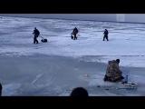 Рыбаки бегут к берегу по ломающемуся льду