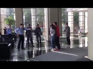 В Китае мужчина с тесаком взял в заложники женщину