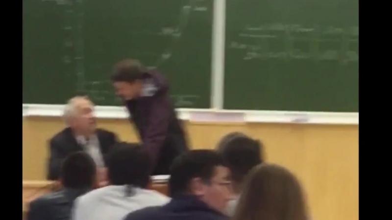 Переросток без мозгов унижает старого профессора