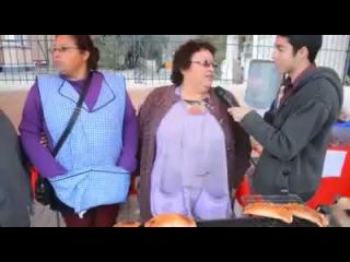 Perro se roba una empanada en plena entrevista