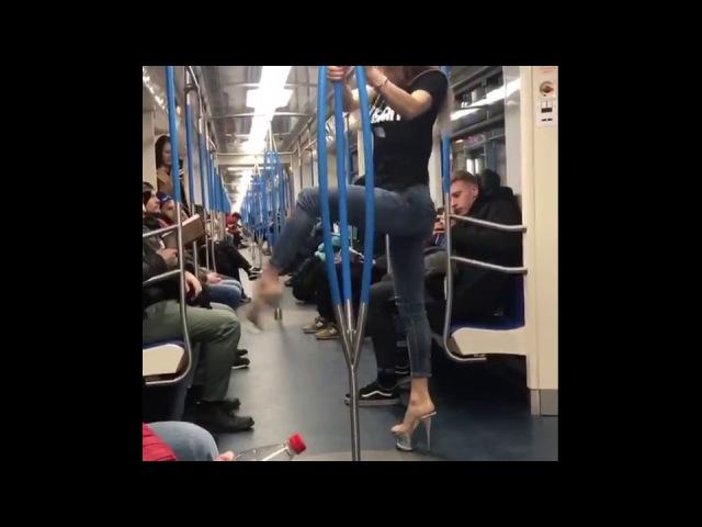 Стриптиз в московском метро. Девушка танцует Pole Dance в вагоне. Стрип пластика импр...