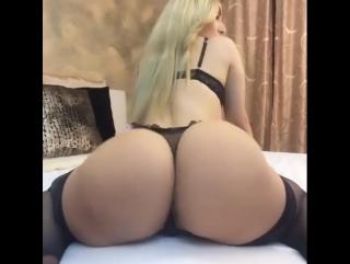 Сексуальная горячая телочка Aylin Aysun крутит своей большой задницей , big hot