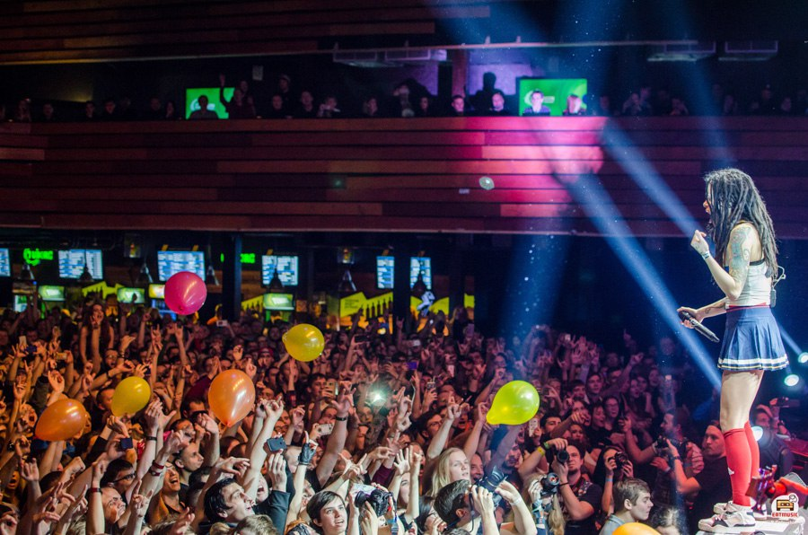 Шары, трусы и пачка Доширака: как проходил концерт группы СЛОТ в Москве Роман Головчин