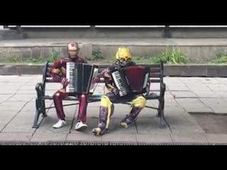 Супергерои играют на аккордеонах в Саратове