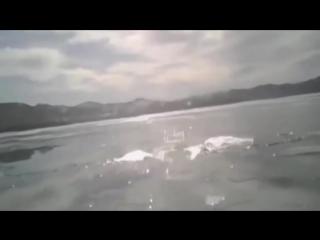 Машина тонет на льду Байкала.