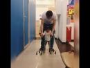 Малышка учится ходить. Помогите крохе!