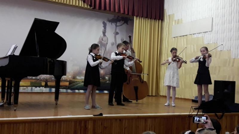 4 скрипки и контрабас