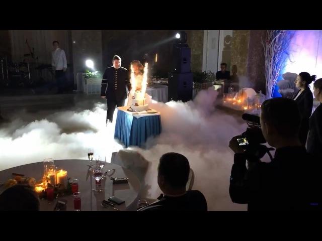 Эффектный вынос свадебного торта с генератором тяжёлого дыма на основе сухого л...