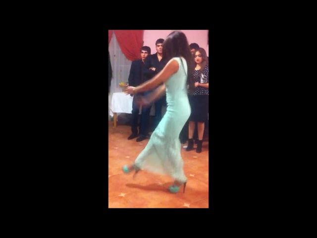 Танцуют симпатичные цыганочки на свадьбе