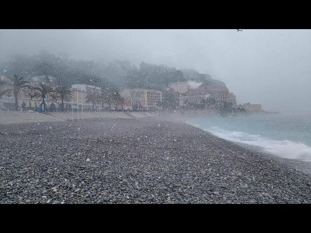 Gros flocons de neige sur la plage de Nice
