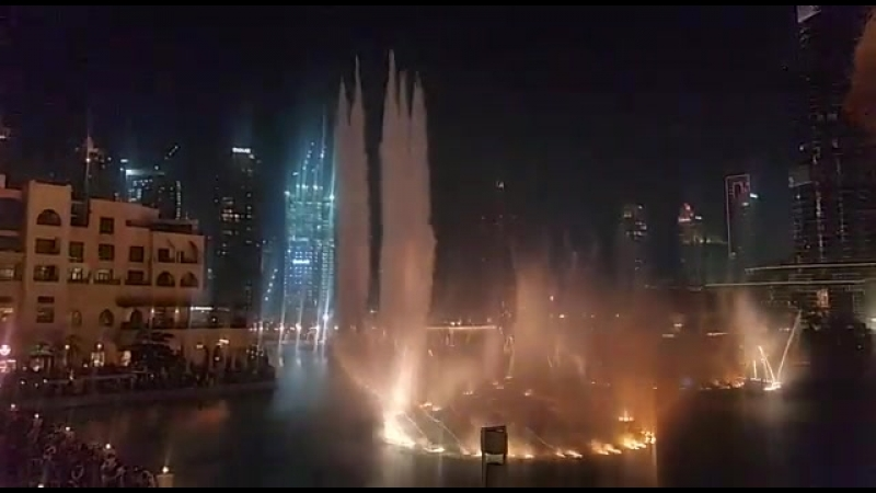 Танцующие фонтаны в Дубай молле