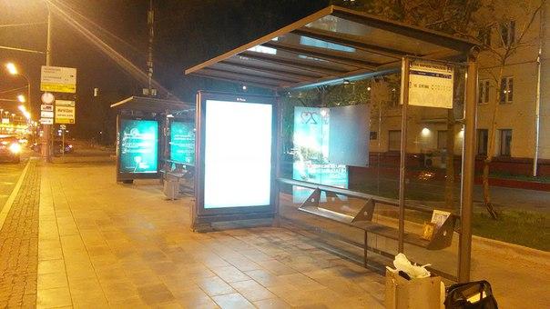 Остановок в Москве иногда ставят по несколько штук.  Впервые увидел чистое стекло у павильона остановки в Москве.