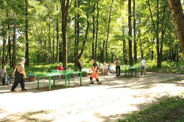 Местные профи играют в настольный теннис. Это не страшно, просто стол и просто играют.