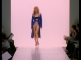 Кэрри падает на подиуме во время показа Dolce & Gabbana