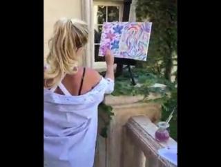 Бритни Спирс рисует в саду