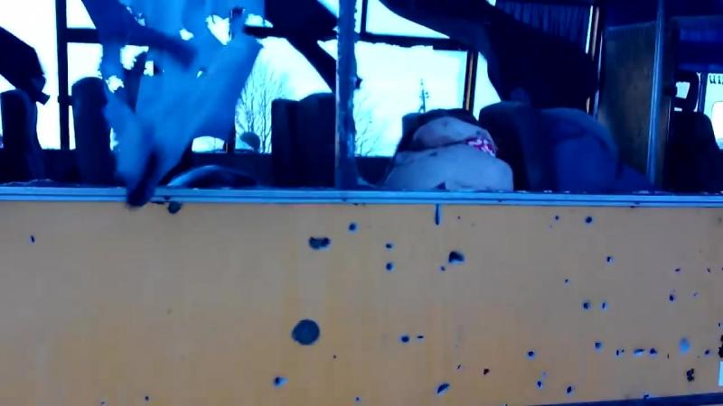 Волноваха. 13 января, 2015. Только что попавший под обстрел автобус