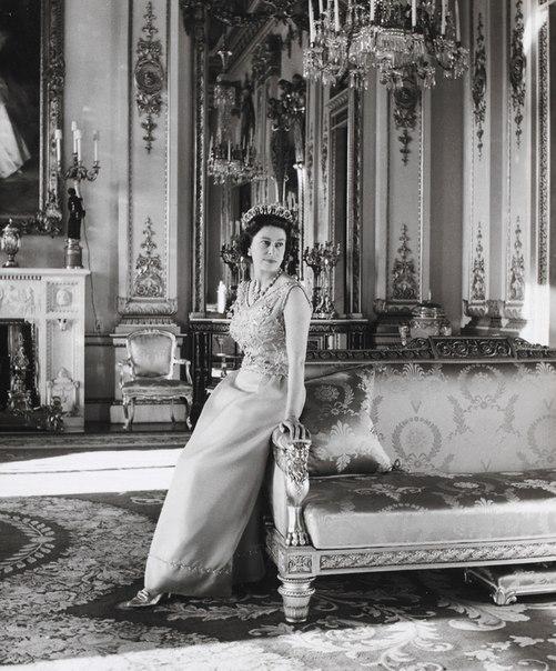 Елизавета II на фотографиях Сесила Битона Сэр Сесил Уолтер Харди Битон, более известный Сесил Битон (1904- 1980) известный английский фотограф, мемуарист, икона стиля, дизайнер интерьеров,
