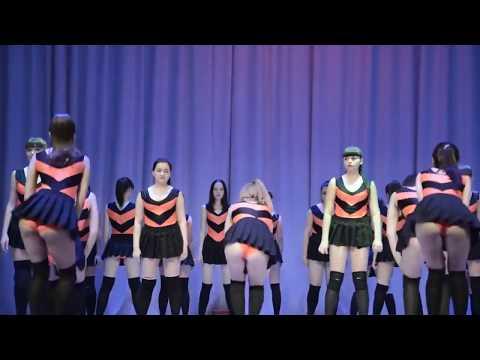 Школьницы танцуют тверк...
