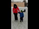 Дениска первый раз на коньках