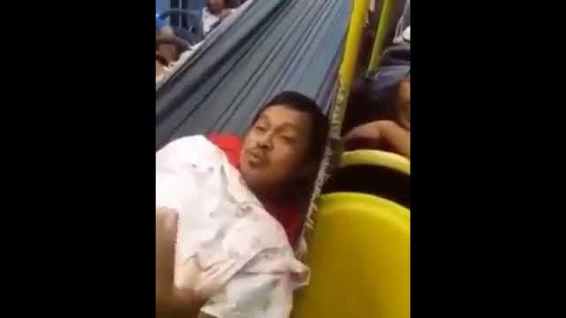 Bahiano foi pego dormindo numa rede dentro do ônibus