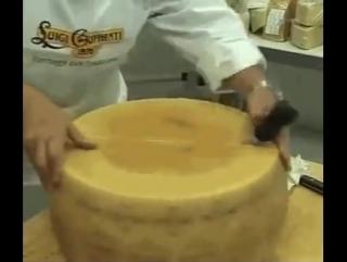 Как разрезают большую головку сыра Пармезан