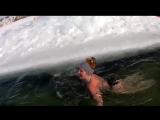 Смелая девушка купается в проруби в минус 9 и ветер!