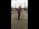 какой-то дебил идёт по улице и поет фейса