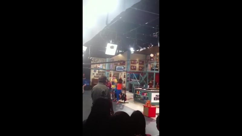 Лайв-тепинг на съёмках второго сезона «Остина и Элли»