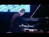 Алексей Романов, пианист без кистей рук, играет мелодию из