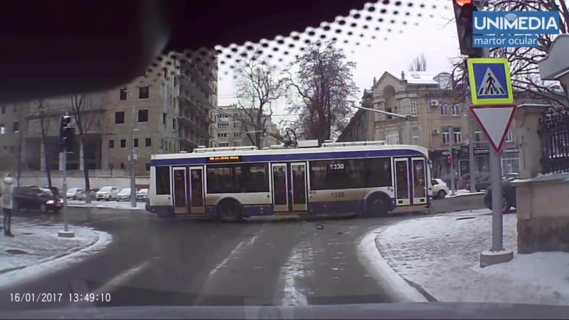 Cum troleibuzul de pe linia 22 a lovit un Audi_ Momentul impactului, surprins de