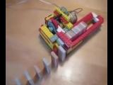 Машина из LEGO, которая строит ряды домино
