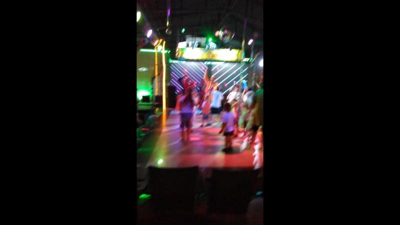 Танец на шоу Огромных мыльных пузырей