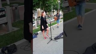 Уличная певица в Воронеже перепела The Cranberries и восхитила прохожих