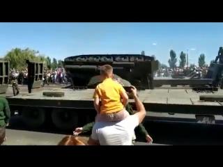 Момент падения танка Т-34 в Курске