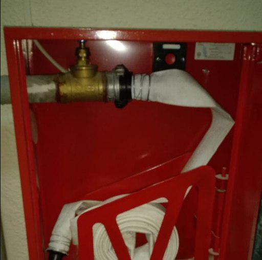 Пожарные шкафы укомплектовали рукавами в доме на Новгородской