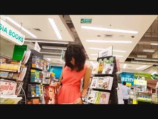 มุดลึกสาวไทยชุดส้มในร้านหนังสือ