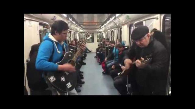 В метро Петербурга исполняют «Призрак Оперы» на балалайке