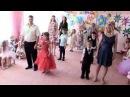 Трогательный танец родителей с детьми на выпускном!