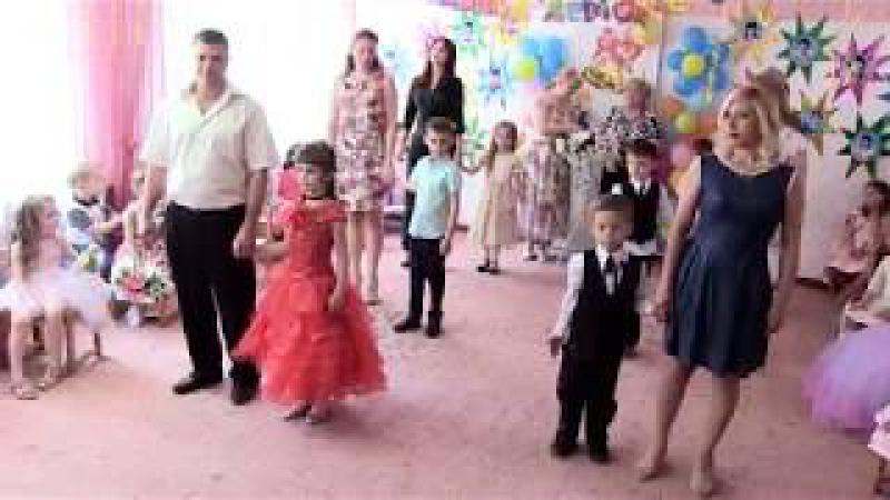 Трогательный танец родителей с детьми на выпускном