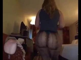Зрелая мамка с очень большой попкой в колготках milf big ass mature