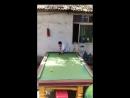 Парень красиво играет в бильярд