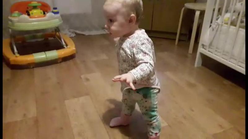 10 месяц наши первые шаги)
