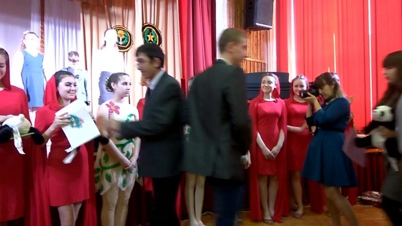 Дети г.Новочеркасска благодарят детей Иловайска за выступление и дарят игрушки