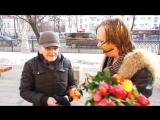Маг Антон Симаков гонялся за горожанами с розами, чтобы они почтили Аллу Пугачеву.
