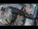 С высоты птичьего полета видно, что кран упал в аккурат между домами, проломив крышу и стену той самой квартиры