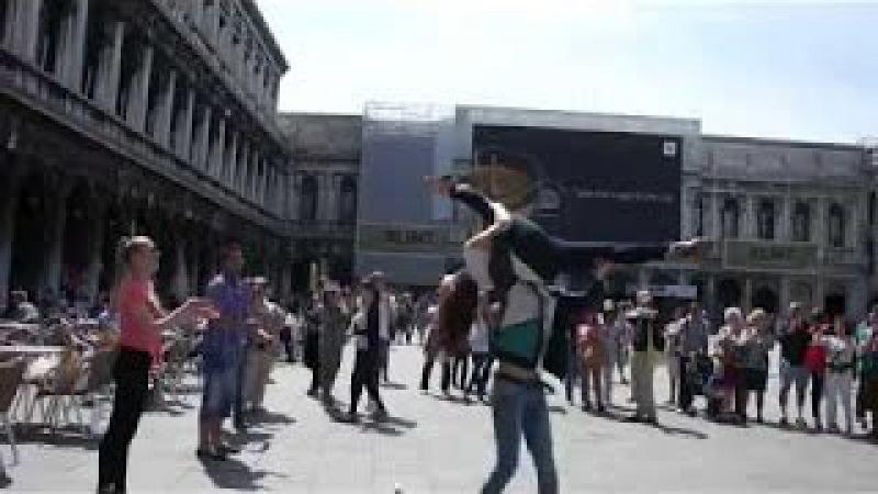 ФЛЕШМОБ РУССКИХ В ИТАЛИИ Челябинские студенты отжигают в Венеции PK Funny