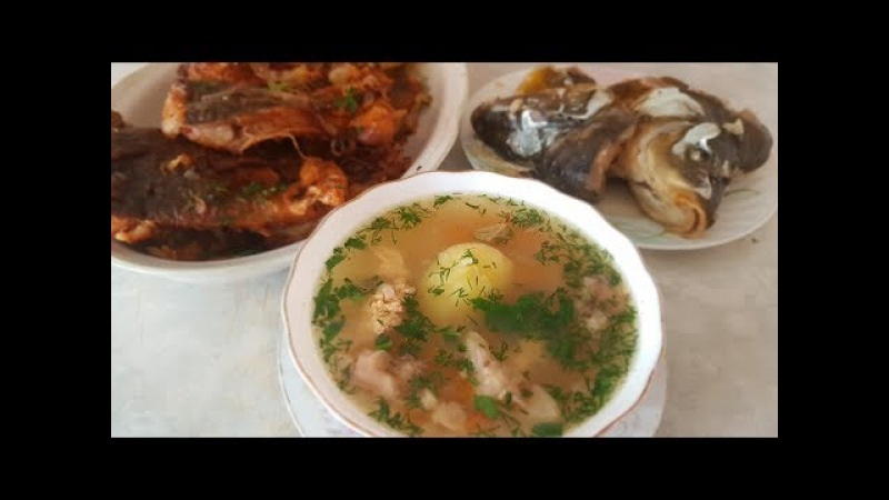 Уха и жареная рыба цыганка готовит. Gipsy cuisine.
