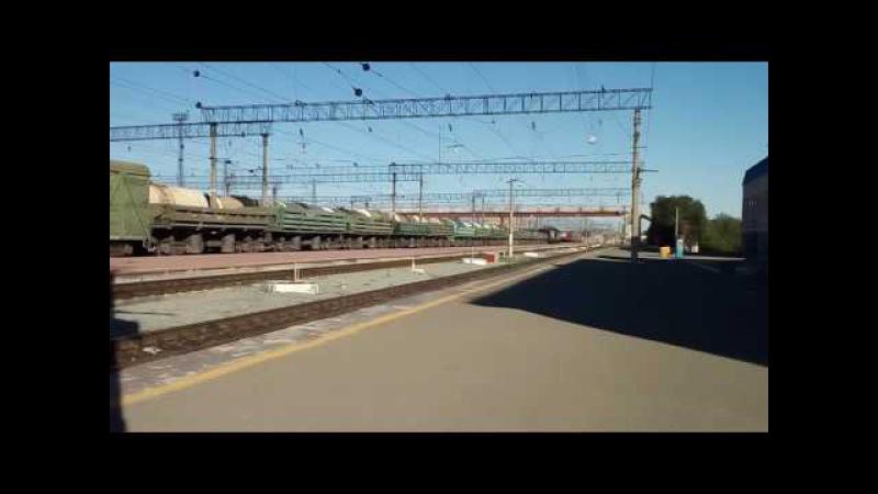 Тепловоз 2ТЭ10М с грузом проезжает через станцию Орск
