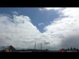 Запуск в небо белых шаров с бумажными голубями.