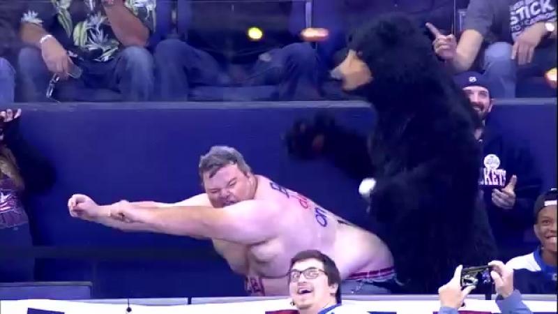 Смешной толстячок отжигает с медведем на трибуне ШОК 21